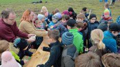 Die Grundschule Westerhausen holt sich begeistert das Saatgut ab