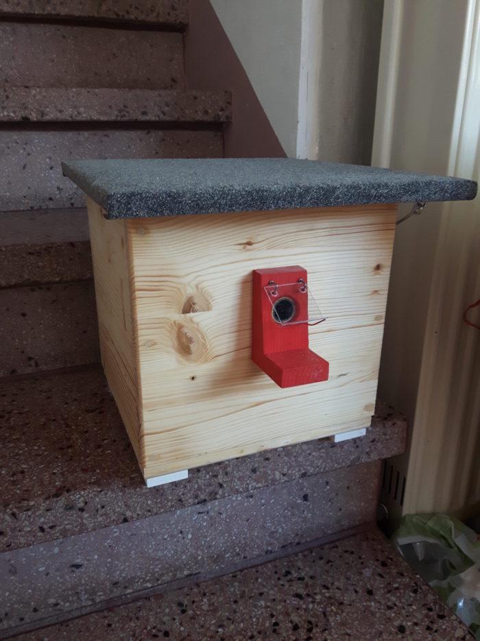 Hummelhaus mit Hummelklappe (gegen Motten) wird in das Insekten-Hochhaus eingebaut.