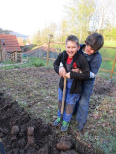 So viel Spaß kann die Bodenvorbereitung machen.