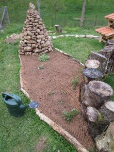 Wiesenblumen-Beet ist fertig angesät und bepflanzt