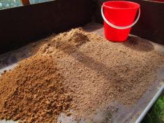 Die Zutaten für steilwandbewohnende Wildbienen: Sand, Lehm, Maulwurfshaufenerde zu gleichen Teilen.