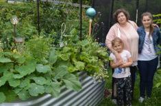 Ein erfolgreiches Team! Die Kinder beobachten mit Freude welche Insekten sich an den Pflanzen tu ...