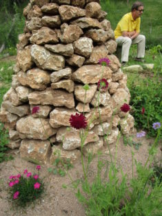 Blüten im Wiesenblumenbeet und stiller Beobachter vorm Insektenhotel ;-) .