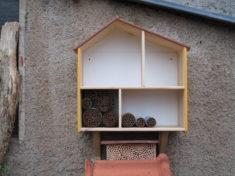 Eine schwedische Puppenstube ist sehr flexibel. Hier entsteht ein Luxus-Bienenhaus daraus.