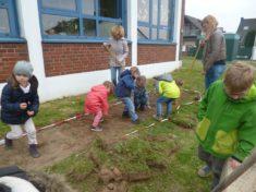 Weitere Helfer im 2. Beet vor der Kita Purzelbaum