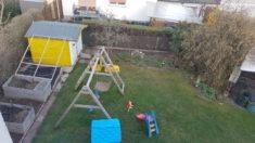 Vorher: Platz unter Gartenschaukel