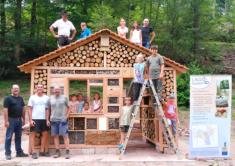 Richtfest am XXL-Insektenhotel: Voller Stolz präsentieren die Helfer der Ferienmitmachaktion ihr ...